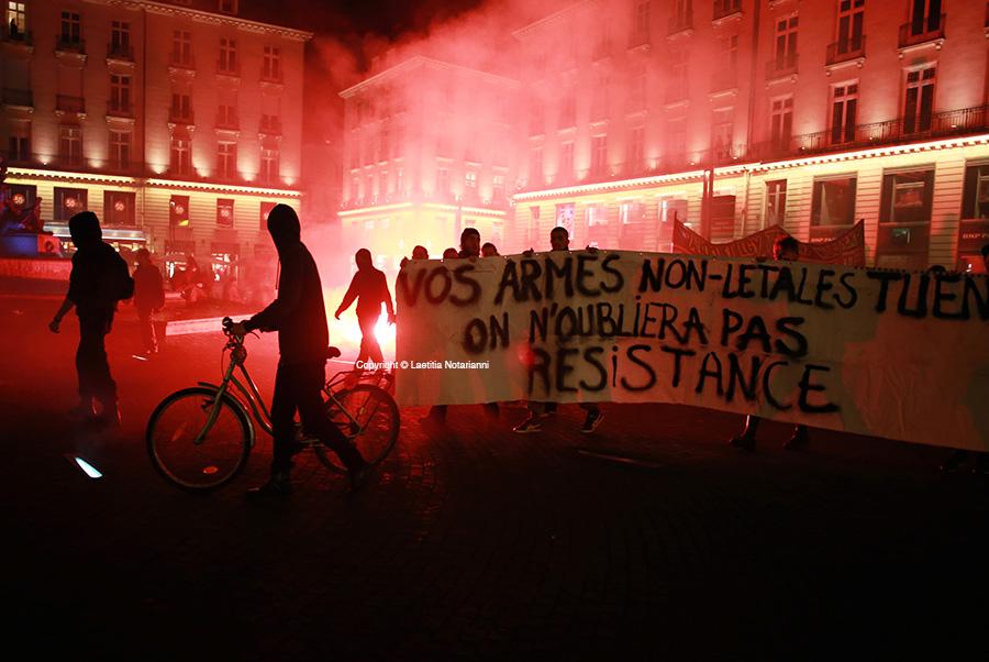 Des manifestants rendent hommage à Rémi Fraisse mort sur le site du barrage contesté de Sivens devant la préfecture de Nantes, le 27 octobre 2014. Photo by Laetitia Notarianni
